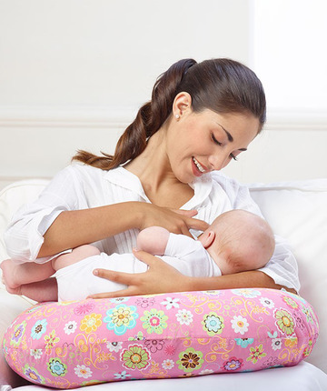 Il cuscino allattamento Boppy aiuta a mantenere una posizione comoda e naturale.