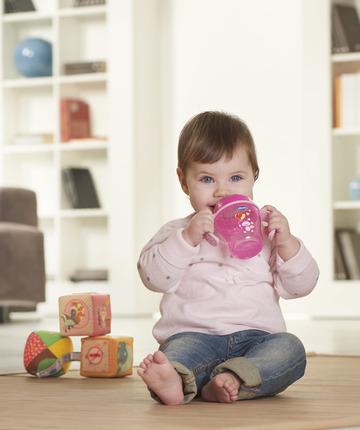 Le tazze di Chicco aiutano il bambino nel graduale passaggio dal succhiare al bere.