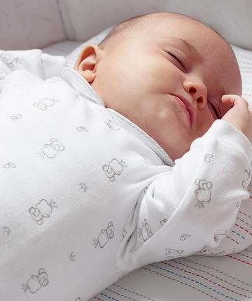 Cuscini ergonomici per il sostegno della testa del bambino. Sogni colorati con lenzuola a fantasie.